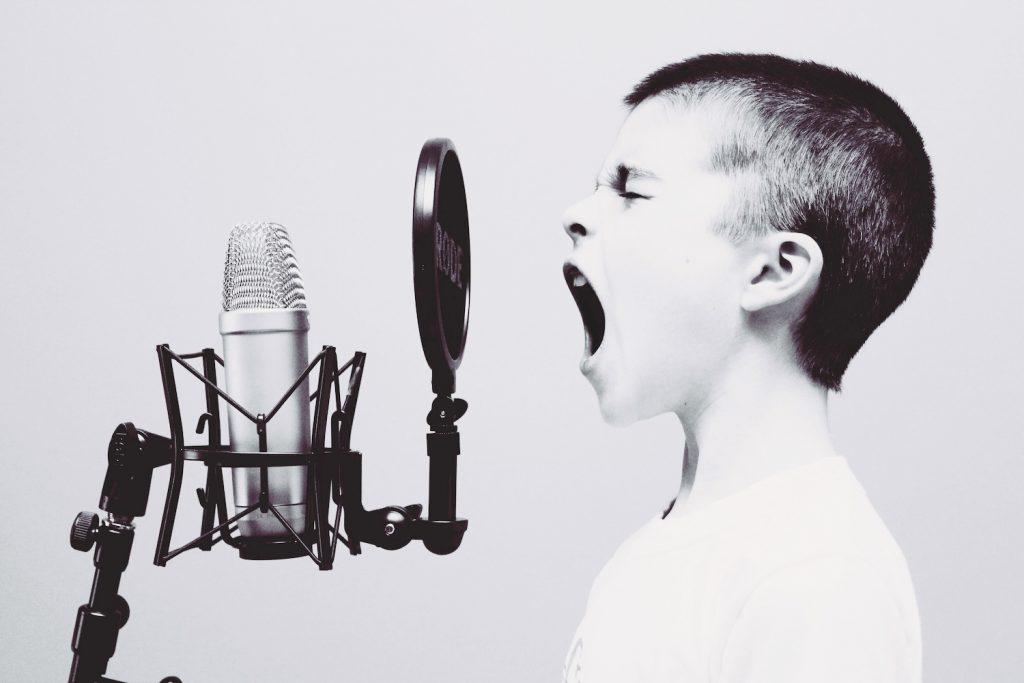 En qué tono de voz saludas