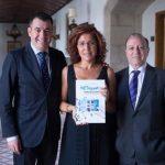 Mar castro con el consejero de Cultura, don Román Rodríguez González, y el editor de Nova Galicia Edicións, Carlos del Pulgar